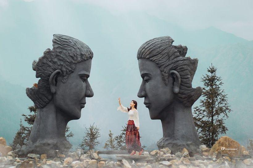 2 bức tượng đầu người chưa được hoàn thiện là điểm nổi bật nhất ở Swing Sapa