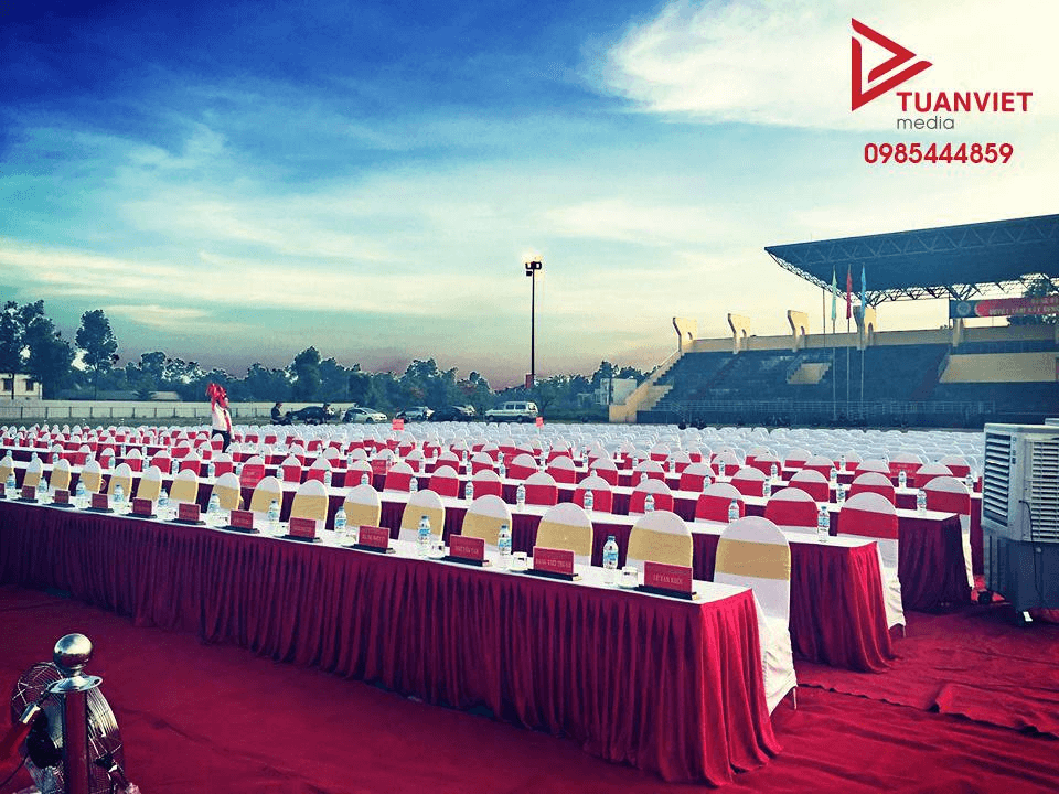 Bàn đại biểu quây đỏ, ghế Banquet áo trắng nơ vàng đồng, ghế Banquet áo trắng nơ đỏ