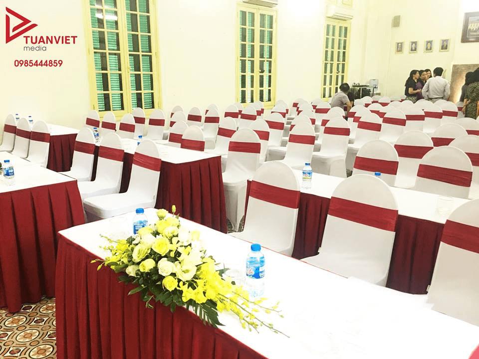 Bàn ghế Banquet phủ áo nơ theo tone màu