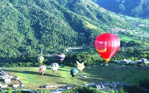 Du khách trải nghiệm bay kinh khí cầu