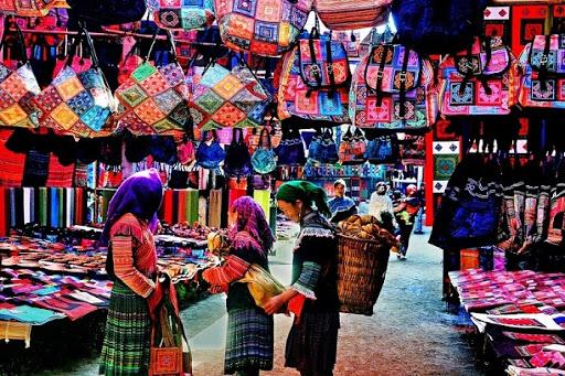 Gian hàng bán đồ thổ cẩm tại Sapa
