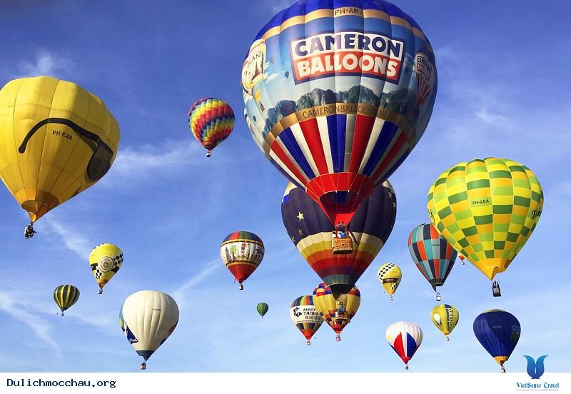 Khinh khí cầu với đa dạng màu sắc trên bầu trời Mộc Châu