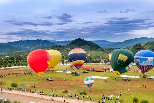 Lễ hội khinh khí cầu Mộc Châu có đông đảo người tham gia