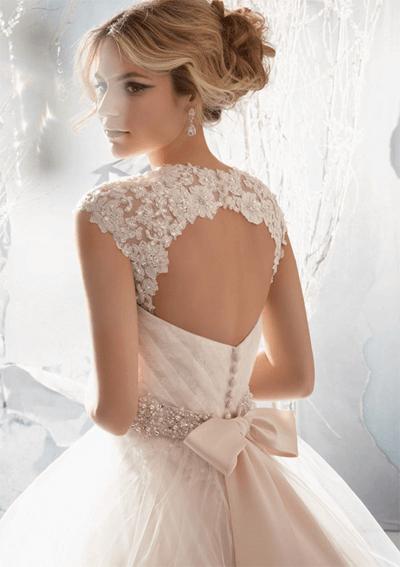 Váy cưới trắng tinh khiết của cô dâu