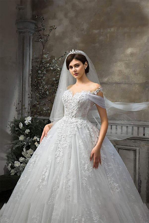 Váy cưới trễ vai mong manh